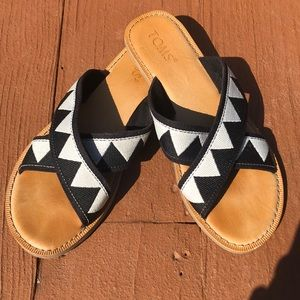 Women's TOMS sandals black and white strap!